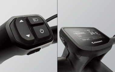 ライドコントロール:グリップと一体化した操作レバーは手を動かすことなく操作ができる安心設計。視認性に優れたセントラルメーターはスマホの充電を可能にするマイクロUSBポートを搭載。