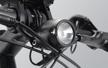 フロントライト:本体バッテリーから給電式の高性能LEDフロントライト。コンパクトなボディーながら光度1500カンデラの安定した明るさを実現。