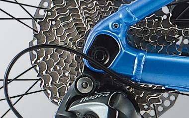 12mmスルーアクスル:ホイールを確実に固定し、ディスクブレーキの性能とバイク剛性を高め安全性も高い12mmスルーアクスル方式をフロントフォーク、リアフレームともに採用。