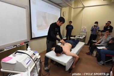 コンタドール選手や新城選手の施術にも使われた高周波治療器「インディバ・アクティブ」を実演する中野マッサー