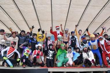 シングルスピードを盛り上げてくれた仮装ライダーたちが表彰台で恒例の記念撮影