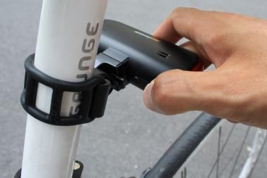本体側は電源ボタンで6段階の点灯パターンを操作。隣のサウンドボタンでアラームのパターンを変更できる