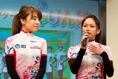 発表会ではちゃりん娘の青山友美さん、松本奈々さんも登壇。最近は自転車に乗るだけでなく、交通安全推進にかかる役割も増えているという