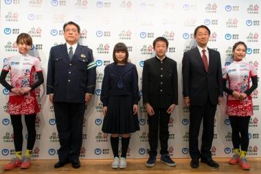 左からちゃりん娘 青山友美さん、大阪府警察本部 交通部長 菅野輝彦さん、体験をしてくれた中学生2人、NTT西日本 取締役 関西事業本部長 北村美樹浩さん、ちゃりん娘 松本奈々さん