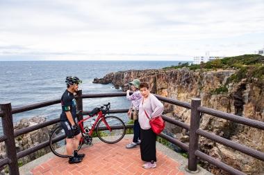 白浜ど定番の観光スポット 国立公園 名勝「三段壁」で関西のおばちゃんに逆ナンされる本誌栗山(笑)。「兄ちゃん、どっから来たん?競輪選手なん?」多分、こんな会話でしょう。