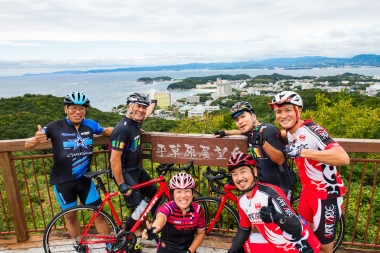 白良浜を一望できる「平草原展望台」にて地元サイクルショップのアバンギャルドさんと大阪のシルベストサイクルさんにばったり遭遇