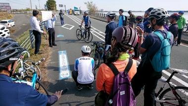 参加者全員で「浜名湖サイクリングロード」をサイクリングしながら、地元スタッフより矢羽根、自転車ピクトグラムの路面表示の整備状況の説明を受けた