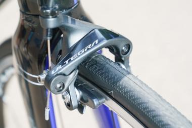 ブレーキキャリパーはデュラエースR9100シリーズと同じ形状を採用。ロードバイクの近年のトレンドである太めのタイヤにも対応し、700×28Cタイヤまで対応する