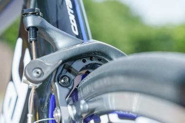 ブレーキキャリパーの左右のアームは、金属製のブースターで接続されている。このパーツがスタビライザーとしての機能を果たし、カッチリしたブレーキフィールを実現する