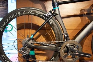TTバイクのような形状のシートチューブ。リヤ三角はコンパクトに仕上げられている。チェーンステーは上下にかなり太いが、快適性を高めるためシートステーは細め
