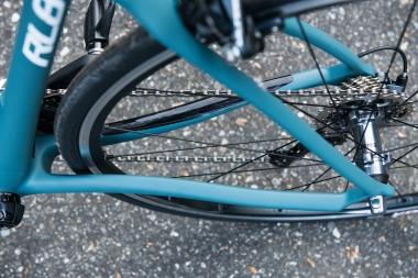 シートステーは緩やかなアールを描きながらトップチューブへとつながる。標準装備のタイヤは25Cだが、28Cまで対応する