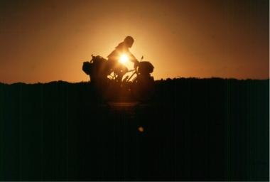 サハラ砂漠を走る黒澤恒明さん。本人提供