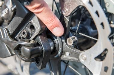 スピードセンサーのパーツ、ホイール側の磁石はリアディスクローターの内側に。外的損傷によってセンサーに異常が出ることを防ぐポイントだ