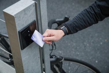 カードキーをセンサーにタッチすると自動ドアが解錠される