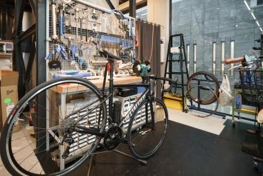 メカニックブースはプロショップと同じ工具の充実度。自転車通勤中に感じた不具合をすぐに修理できる