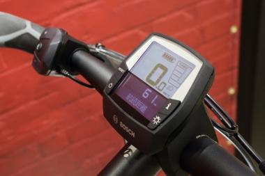 ディスプレイにはスピード、走行距離、走行時間、走行可能距離残数が表示される。また外装変速の何段目が最適なのかも通知してくれる