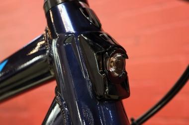 前ライトはヘッドチューブに、テールライトはフェンダーにそれぞれ一体となった設計。使用されるのは、ボントレガーの高い被視認性を誇るモデルだ