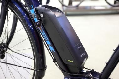 バッテリー容量は400Wh。フレーム形状もバッテリーのシェイプに沿うようにデザインされている。約2.5時間で充電が完了するのも魅力
