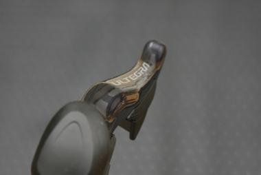 ブレーキレバー形状は全体的に緩やかなアールを描いていた前作に対して、メリハリのある形状になった。指のひっかかりを実現するため