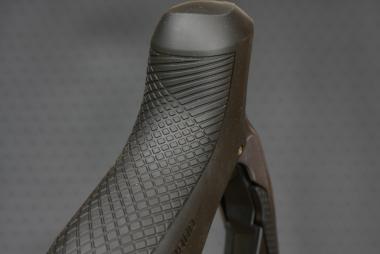 ブラケットフードはデュラエースとほぼ同じ。先端部の形状は左右非対称。外側、手を添える部分の面積がやや大きく取られている