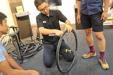 発表会では実際にタイヤの脱着を体験できた。チューブレスタイヤ交換経験者なら思わず歓声をあげてしまうイージーさだ