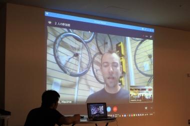 プレゼンテーションでは製品開発リーダーのマキシム・ブルダン氏がスカイプで登場。製品開発時の裏話や来場者からの質問に答えた