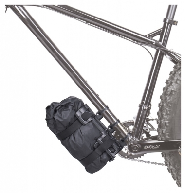 輪行袋やシュラフなどを付属のストラップで積載できる(ダウンチューブへの取付例)