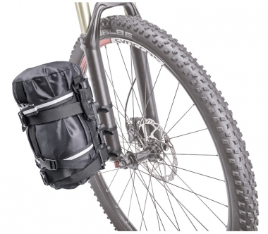 輪行袋やシュラフなどを付属のストラップで積載できる(フォークへの取付例)