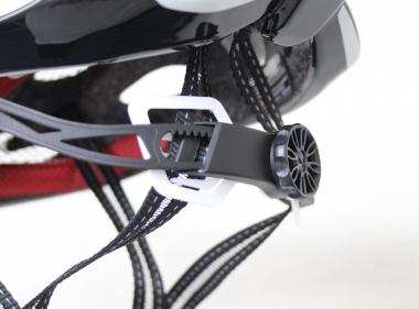 ダイヤルで調整するアジャスターは角度そのものが調整でき、好みの位置で後頭部を支えることができる