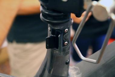 フロントディレーラー台座はアルミ製。シマノのフロントディレーラーにあるサポートボルトをしっかり受けられるよう、後方に伸びるフィンが設けられている