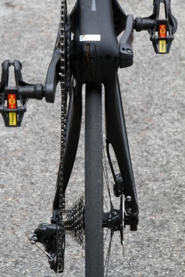 左右非対称のチェーンステー。写真のエンド幅は142㎜だが、リムブレ ーキを使用する場合、エンドの交換 で130㎜に変更できる