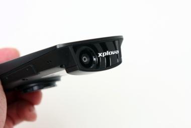 本体前面には動画用のカメラを備える