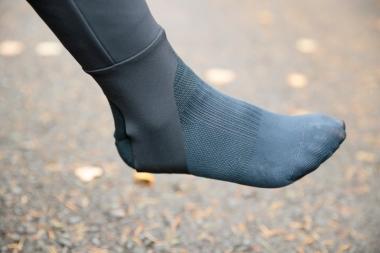 テンペストビブタイツは、裾のズリ上がりを防止するトレンカ(土踏まずに引っ掛ける部分)を採用