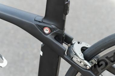 リヤブレーキのアウターはトップチューブの中を通り、チューブ後端にあるアウター受けで止まり、そこからワイヤが出てブレーキを引く。ワイヤが外に出るのはアウター受けからリヤブレーキまでの数cmだけ