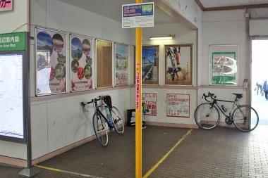 ゴールのJR横須賀駅には自転車専用の作業スペースが設けられている。ここで輪行のパッキングを行おう