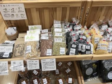 yotaccoの畑で収穫された季節の食材は「道の駅うえの」で購入できる。ていねいな説明書きが添えられているのですぐにわかる photo:Kazuyuki YAMAGUCHI