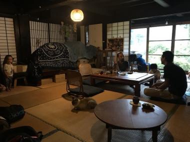 ご夫婦と現代の「よたっこ」2人、犬と猫のいる温かな家庭がある photo:Kazuyuki YAMAGUCHI