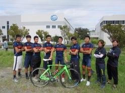 関西大学体育会自転車部。センターの熊谷飛鳥さん(3回生)が、学連のクラス3でみごと優勝。来年のインカレに向けて、波に乗りたいとのこと