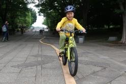 板の上をバランスよく走る Photo:サイクルスポーツ編集部
