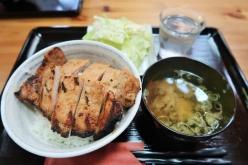 炭火焼のみそ豚丼がおすすめ Photo:サイクルスポーツ編集部