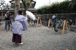 神社内のサイクルラックにかかった参加者たちの自転車にも、交通安全の祈祷が