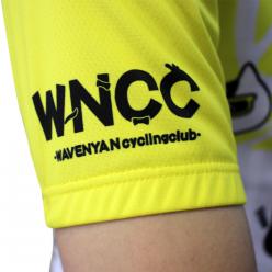 那須ブラーゼンのチームカラーであるイエローをベースカラーにウエイブニャンのサイクルチーム「ウエイブニャンサイクリングクラブ」のロゴを配置