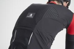 背面上部はプロソフト、下部はネオソフトと素材を使い分ける。肩甲骨の間は保温素材を配置して、部分的な体温調節をする設計