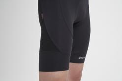男性モデル着用のビブパンツはパネル(別布)を多用してデザイン。 適材適所の素材を使って、機能性を 飛躍的に高めている