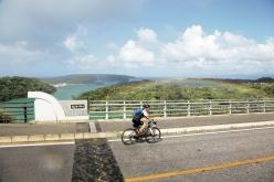 サイクリングコースのある今帰仁村のワルミ大橋に虹が架かる。遠く古宇利大橋が見えた!