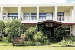 今帰仁村にある学校跡をリノベーションした宿泊施設「あいあいファーム」には、レストランやカフェも併設