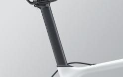 VARIANT COMPOSITE:D-FUSEの振動吸収性とVECTORのエアロ性能を併せ持つ形状のシートピラー。