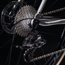 「カンパニョーロの最新リヤ12速モデルとの組み合わせはイタリア自転車界の歴史の融合」と同社は語る