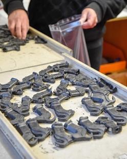 エンドは、あらゆる方向に走るカーボン繊維を超高圧で成型するCMT工法だ