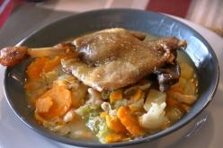 この地域の郷土料理に舌鼓を打つ。風が強くて少し冷えたので野菜のスープで体が温まる